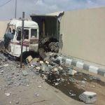 قائد شاحنة يفقد السيطرة لترتطم بسور أمن الطرق بمركز جاش