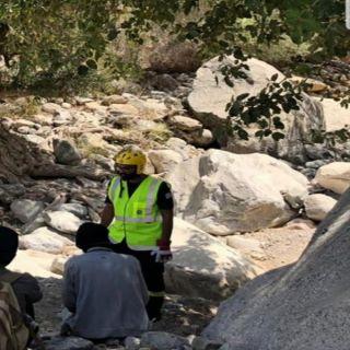مدني #بارق يُنقذ ثلاثة اشخاص علقوا بمنحدر صخري شرق المُحافظة