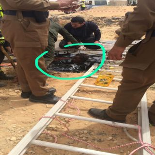 بالصور مدني #الجوف يُنقذ مُقيم سوداني سقط في حفرة مليئة بمادة (القار)