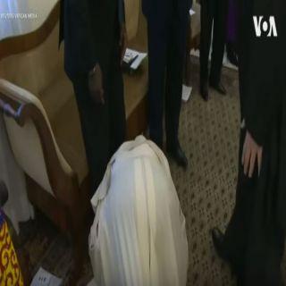 بابا الفتيكان يُقبل قدم رئيس جنوب السودان .. تعرف على الأسباب