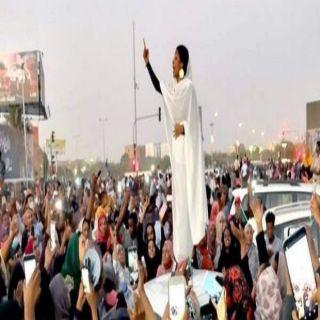 مُطالبات بإنشاء تمثال للفتاة السودانية آلاء صلاح
