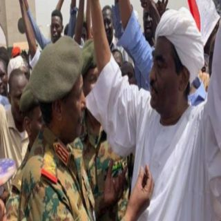 رئيس المجلس العسكري الجديد بالسودان يُفرج عن جميع الضباط الذين حمو المتظاهرين