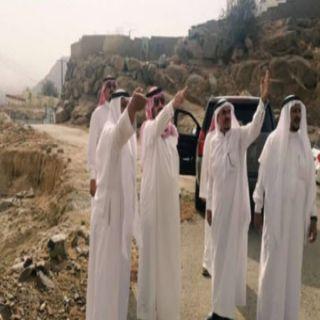 أمير عسير في زيارته لمُحافظة #بارق يقف على طريق جبل أثرب