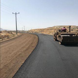 بلدية #المجاردة تعمل على سفلتة طريق الزوكة بأحد ثربان