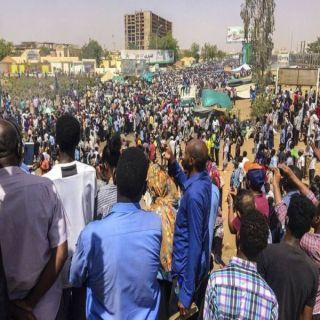 حشود تتجمع أمام وزارة الدفاع السودانية للمُطالبة بتسليم السلطة