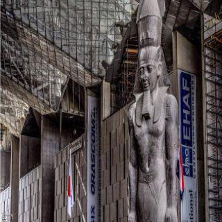 وزير الآثار المصري يُزيح الستار عن تمثال رمسيس الثاني