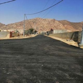 بلدية #بارق تعمل على سفلتة قُرى وادي الخير والأهالي ننتظر الإنارة