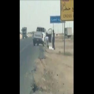 فيديو - يظهر الأعتداء على رجل بالضرب والطعن بطريق مكة الساحلي