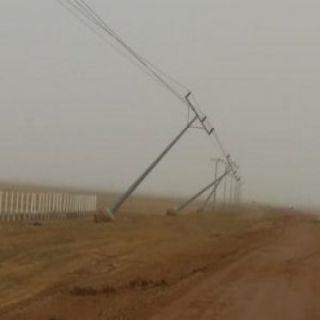 عاصفة #شقراء توقع ثلاثة أعمدة كهربائية والشركة تحول دون انقطاع التيار