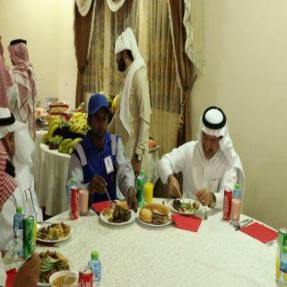 الحميدي #يُشارك عُمال النظافة بأمانة عسير وجبة الإفطار الرمضانية