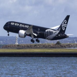إنزال سيدة رفضت مشاهدة فيديو إرشادات السلامة على متن طائرة  نيوزيلندية
