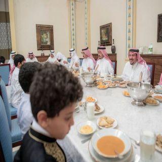 الأمير فيصل بن مشعل يستضيف مجموعة من الأبناء الايتام على مائدة الإفطار