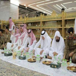 الفيصل ونائبه يُشاركان رجال الأمن وجبة الإفطار في الحرم المكي