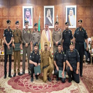 أمير القصيم يكرم عدداً من منسوبي الأمن نظير جهودهم في مجال عملهم