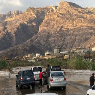 سيل وادي الخير يحتجز المركبات وسط مطالبات الأهالي لفرع النقل بعسير