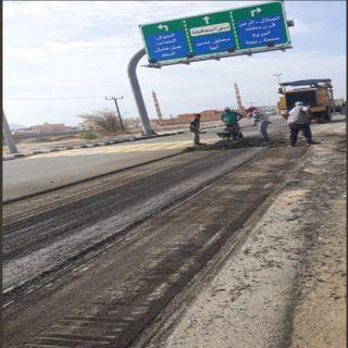 ضمن حملة #معالجة_التشوه_البصري بلدية بارق تُعيد سفلتة الشارع العام