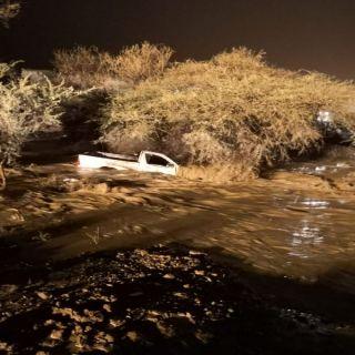 مدني عسي  ينقذ (3)اشخاص احتجزتهم السيول بظهران الجنوب