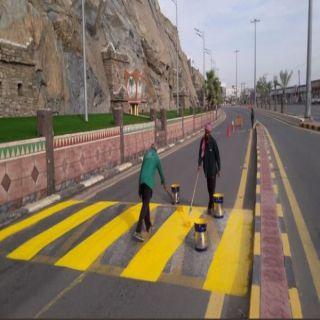 بلدية #بارق تقوم بإعادة دهنات المطبات الإصطناعية وسط المُحافظة