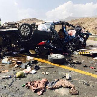 حادث مروري مروع ينتهي بوفاة 8 وإصابة 2 في المخواة