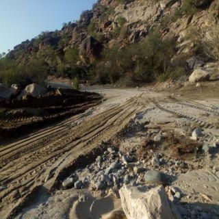 بالصور بلدية #بارق تُعيد فتح الطرق والممرات بقُرى وادي الخير