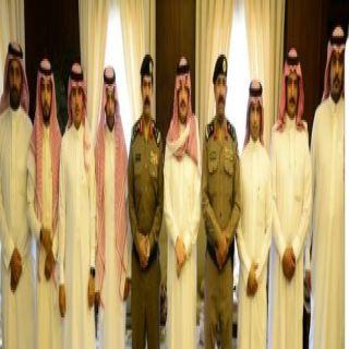 أمير عسير يُكرم رجال الأمن المشاركين في القبض على سارقي سيارة بخميس مشيط