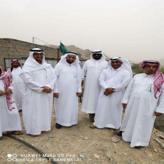 محافظة #محايل المُكلف يقف على طريق قرية الباطن ببحر أبو سكينة