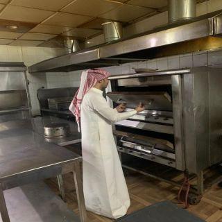 أمانة عسير تضبط مطعما شهيرا يبيع لحوما مجهولة المصدر ومواد غذائية غير صالحة للاستهلاك