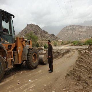 بلدية #بارق تعيد فتح بعض الطرق والممرات بقرى وادي الخير
