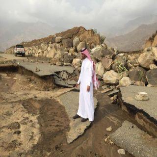 بالصور - الشهري يقف على الطرق المتضررة جراء السيول بقرى ثلوث المنظر