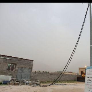 سقوط عداد كهرباء وتدلي التمديدات الكهربائية يثير مخاوف سُكان قُرى المعربة بثلوث المنظر