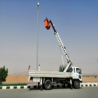 بلدية #بارق تواصل أعمالها في صيانة أعمدة الإنارة وتنظيف شوارع المُحافظة
