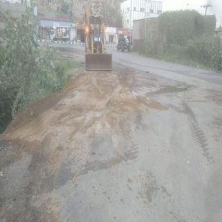 بالصور -وطنيات ترصد حفر بجوار الطريق في ثلوث المنظر.. وبلدية #بارق تتفاعل