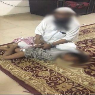 فيديو متداول شخص يُعنف طفل .. وابا الخيل الجهات المعنية باشرت الحالة