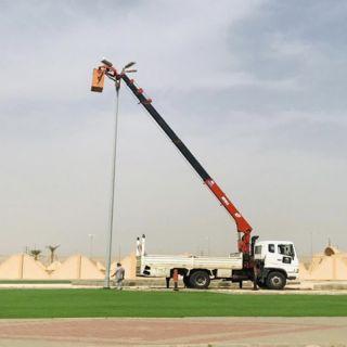 بلدية #بارق تُجري اعمال صيانة لأعمدة الإنارة بحديقة مُصلى العيد بخوش بارق