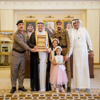 """أمير القصيم يُكرم وكيل الرقيب """"الغفيص """" الذي انقذ طفلة من الدهس"""