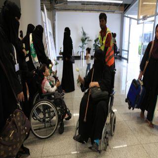 الأطفال ذوي الإعاقة يستقبلون زوار عسير بالوطن والورد