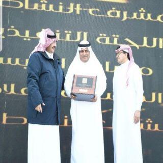 أمير منطقة عسير يكرم مدير عام التعليم بالمنطقة .