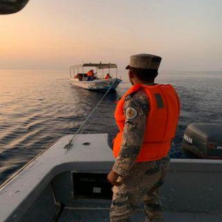 حرس الحدود: إنقاذ 4 أشخاص تَعَطّل قاربهم في عرض البحر بينبع