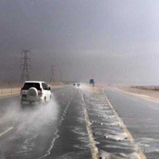 إستمرار هطول الأمطار على منطقة الرياض وأمن الطرق يُحذر قائدي المركبات