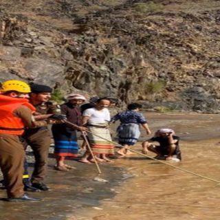 مدني أبها يُنقذ 13 شخصاً إحتجزتهم سيول أحد الأودية في تُهامة