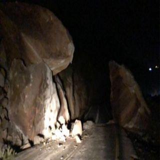 #بارق: إنهيار صخري يُغلق طريق جبل بركوك والنقل تُعيد فتح الطريق
