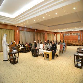 المركز الإعلامي بـ #جامعة_الملك_خالد يدرب 65 طالبًا دوليًّا على إعداد المحتوى الخبري