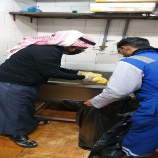 بلدية سلطان في عسير تضبط مطعماً يقدم مواد غذائية فاسدة