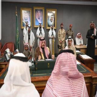 أمير عسير يطالب المشايخ والنواب القيام بدورهم، ويلتقي السجناء الذين انتهت محكومياتهم