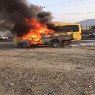 نجاة طالبات اندلع حريق بحافلتهن إثر اصطدامها بمركبة أخرى في ثلوث المنظر