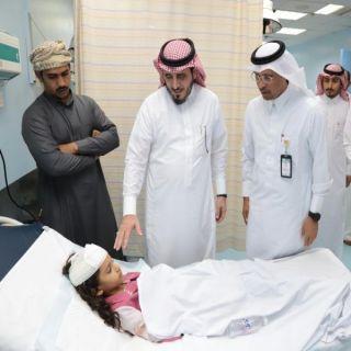محافظ #بارق يطمئن على مصابات حادث الطالبات بمستشفى محايل العام