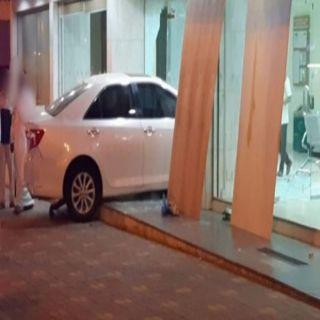 مركبة تقتحم مبنى البنك الأهلي في #المجاردة