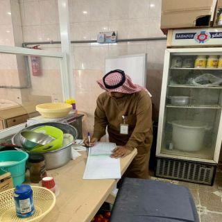 بلدية #بارق تغلق سبعة محال تجارية مخالفة لإشتراطات الصحة العامة
