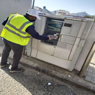 ضمن الإجراءات الوقائية بلدية #بارق تُعقم أجهزة الصراف الآلي في المُحافظة