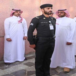 الأمير تركي بن طلال يُكرّم رجل أمن من الدوريات الأمنية بعسير٠